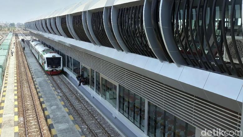 Dirut PT KAI Edi Sukmoro meresmikan ruang tunggu kereta bandara di Stasiun Balapan Solo. Seperti apa penampakannya? Lihat yuk.