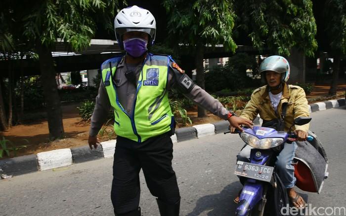 Patugas kepolisian melakukan Operasi Patuh Jaya 2019 di kawasan Kebon Nanas, Jakarta Timur, Kamis (29/8/2019). Direktorat Lalu Lintas Polda Metro Jaya menggelar operasi lalu lintas Operasi Patuh Jaya 2019, dengan tujuan meningkatkan ketertiban dan kepatuhan masyarakat dalam berlalu lintas.