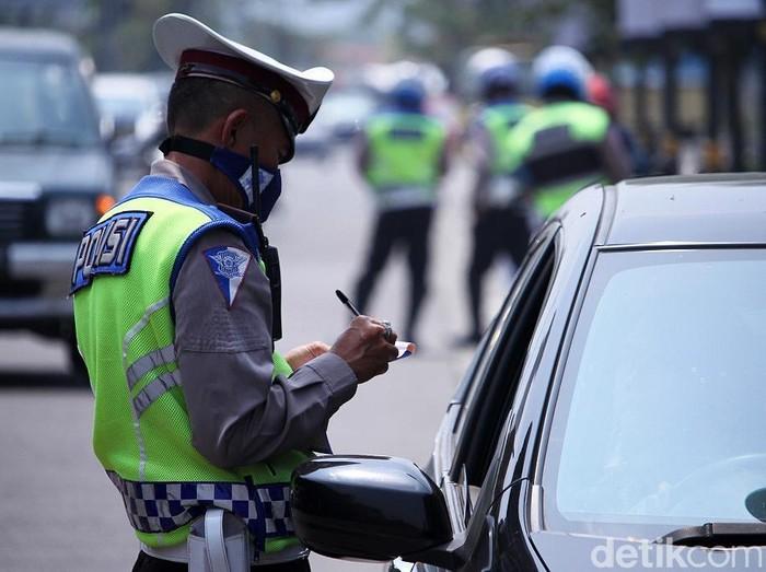 Ilustrasi polisi tilang pengendara. (Foto: Wisma Putra/detikcom)