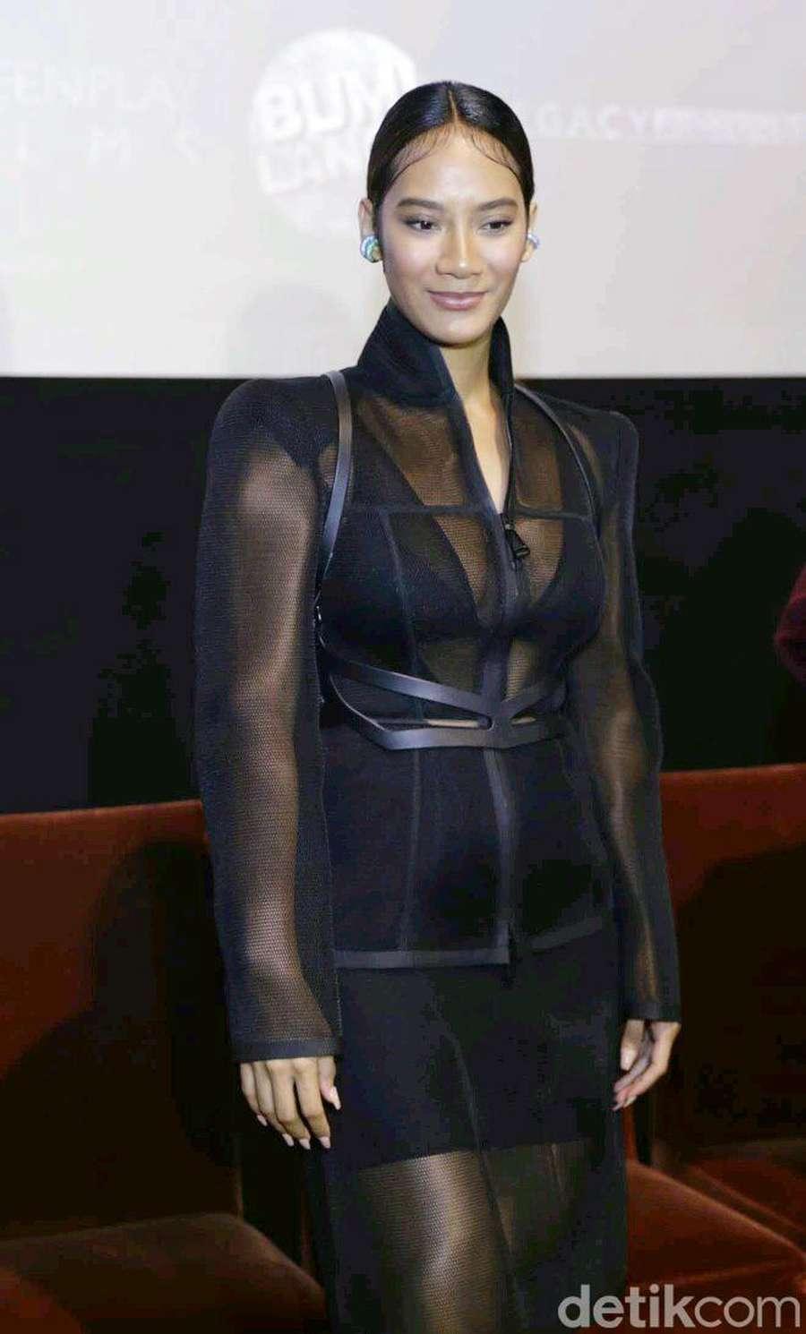 Seksinya Tara Basro dengan Dress Transparan di Premiere Gundala