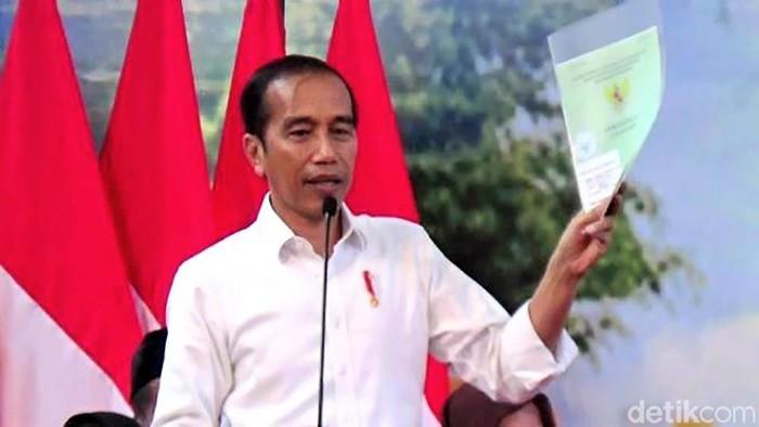 Presiden Joko Widodo (Jokowi) membagikan ribuan sertifikat tanah kepada masyarakat Purworejo, Jawa Tengah, Kamis (29/8/2019). Jokowi menargetkan pada tahun 2025 nanti, sertifikat di seluruh Indonesia bisa dibagikan.
