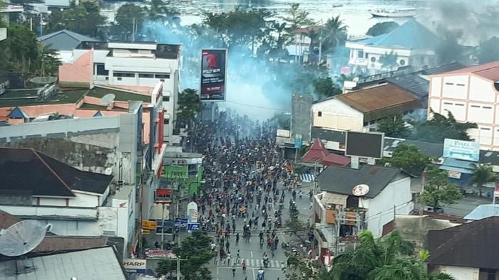 Aksi demo berujung kericuhan terjadi di Jayapura, Papua. Pembakaran pun terjadi di sejumlah lokasi. (Foto: ANTARA FOTO/Dian Kandipi)
