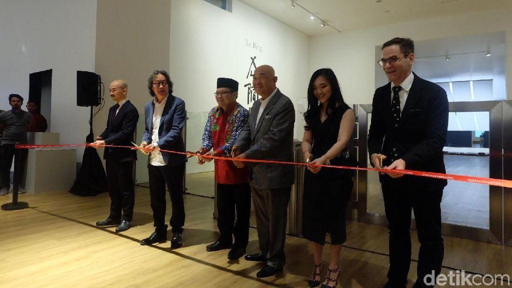 Pameran Tunggal Perupa Xu Bing di Jakarta Resmi Dibuka