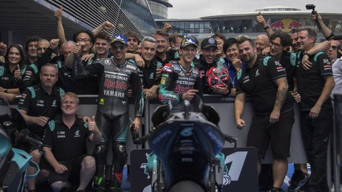 JEREZ DE LA FRONTERA, SPAIN - MAY 04:  Fabio Quartararo of France and Petronas Yamaha SRT  (R) and Franco Morbidelli of Italy and Petronas Yamaha SRT celebrate with team at the end pf the qualifying practice during the MotoGp of Spain - Qualifying at Circuito de Jerez on May 04, 2019 in Jerez de la Frontera, Spain. (Photo by Mirco Lazzari gp/Getty Images)