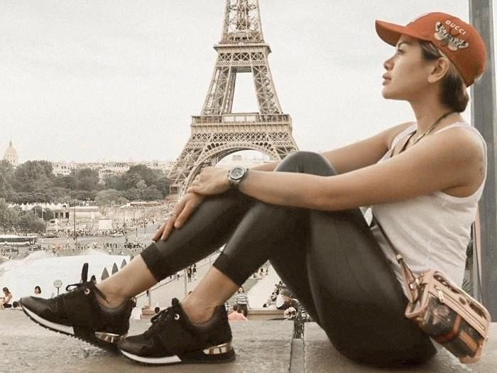 Nikita Mirzani saat bergaya di Paris. Foto: Instagram @nikitamirzanimawardi_17