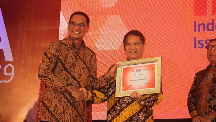 PR & External Relations Director PT Lippo Karawaci Tbk Danang Kemayan Jati (kiri) menerima penghargaan Indonesia Best Issuer Award 2019 dari Menteri Komunikasi dan Informatika Rudiantara. Foto: Dok. Lippo Karawaci.