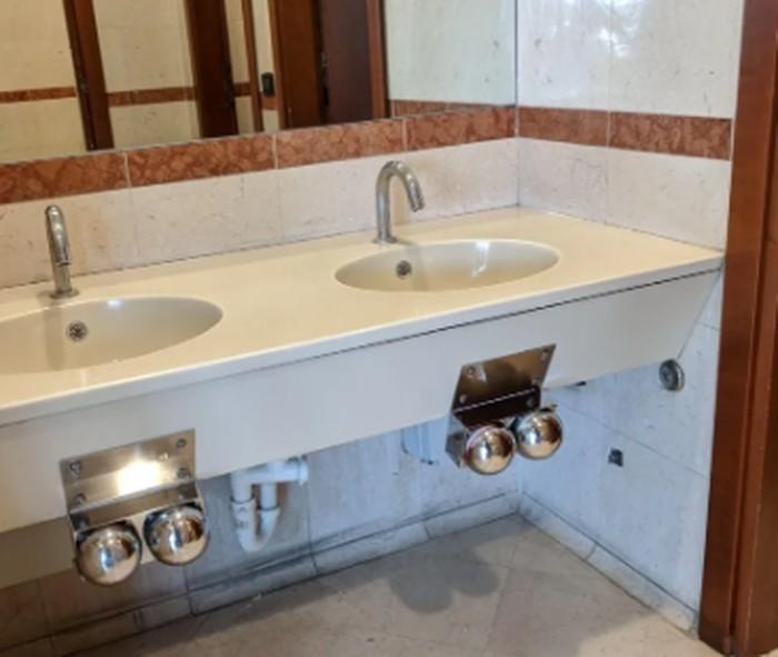 Kamar mandi di salah satu supermarket di Italia ini seakan membuat pengunjung menyalakan keran air menggunakan lututnya, karena keran tersebut berada di bawah. Foto: Istimewa