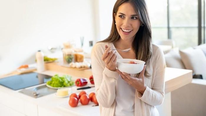 Wanita makan sarapan