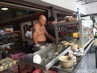 Warung Kopi Asiang : Nikmatnya Racikan Kopi 'Naked Barista' yang Legendaris