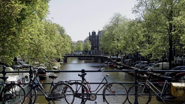 Peringkat pertama kota tersehat adalah Amsterdam. Kota di Belanda ini dikenal ramah bagi pesepeda dan masyarakatnya yang hobi melakukan kegiatan outdoor. Foto: (CNN)