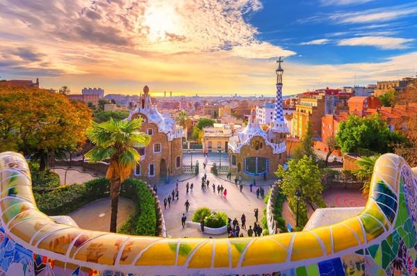 Barcelona dikenal dengan banyaknya aktivitas outdoor, udara bersih, dan kehidupan masyarakatnya yang santai. Foto: (iStock)