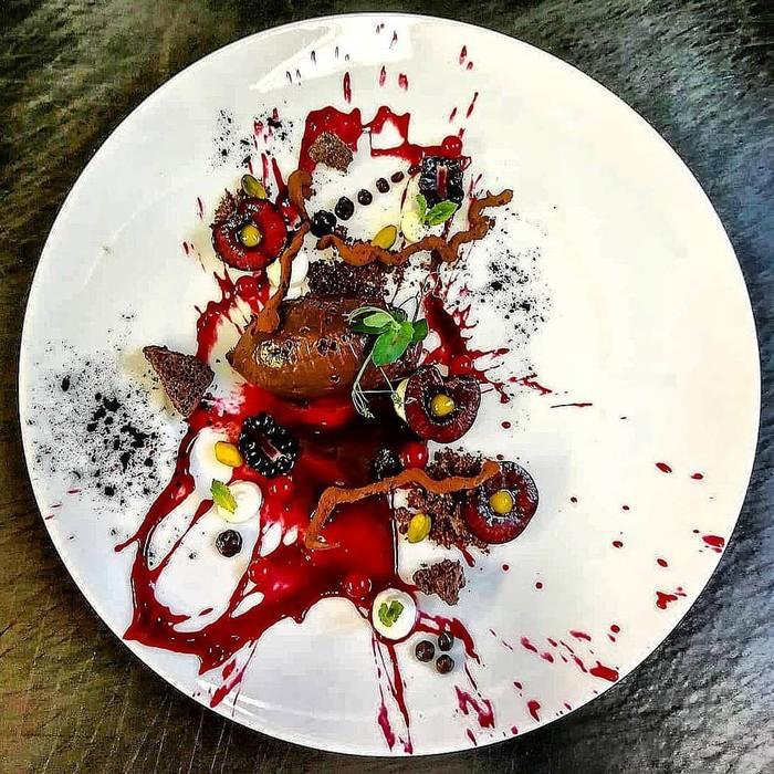 Dengan kreativitasnya, Chef Basti menganggap piring saji adalah canvas yang siap dilukis. Lihat saja salah satu karya penyajian makanan yang super unik ini. Foto: instagram @cook_basti1