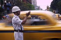 Unik! Polisi Ini Tilang Pemotor Tanpa Helm Pakai Permen