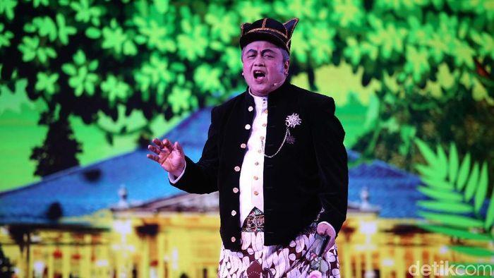 Gubernur Bank Indonesia Perry Warjiyo main ketoprak/Foto: Agung Pambudhy