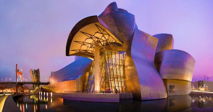 Letaknya di dalam museum Guggenheim, yang ada di kota Bilbao, Spanyol. Museum ini sendiri mengusung konsep modern dan seni kontemporer, yang pertama kali dibuka pada tahun 1997. Foto: Istimewa