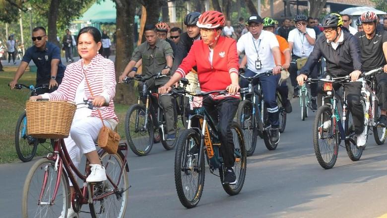 Serunya Jokowi-Iriana Bersepeda di Candi Borobudur