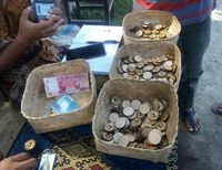 Jangan Kaget, Jajan di Pasar Ini Bayarnya Pakai Koin Kayu