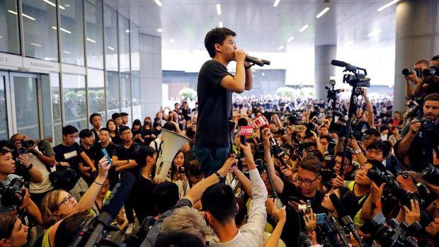 Hong Kong Makin Membara, Milenial Pemimpin Demo Ditangkap