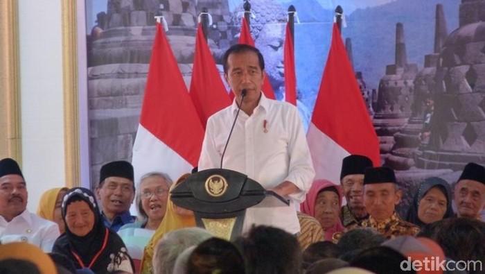 Jokowi bagi-bagi sertifikat tanah di Magelang. Foto: Eko Susanto/detikcom