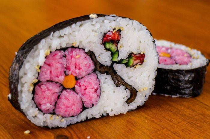 Bagian dalam sushi juga bisa dibuat dengan pola khusus. Ada bunga pink plus tangkainya yang cantik. Foto: Istimewa
