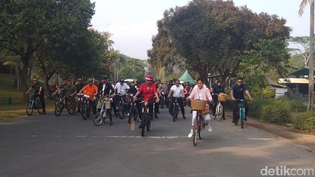 Usai Sepedaan, Jokowi dan Rombongan Naik ke Candi Borobudur