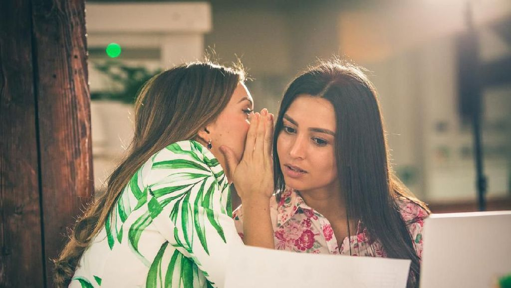 Perempuan, Gosip, dan Hal yang Jarang Dibahas oleh Feminis