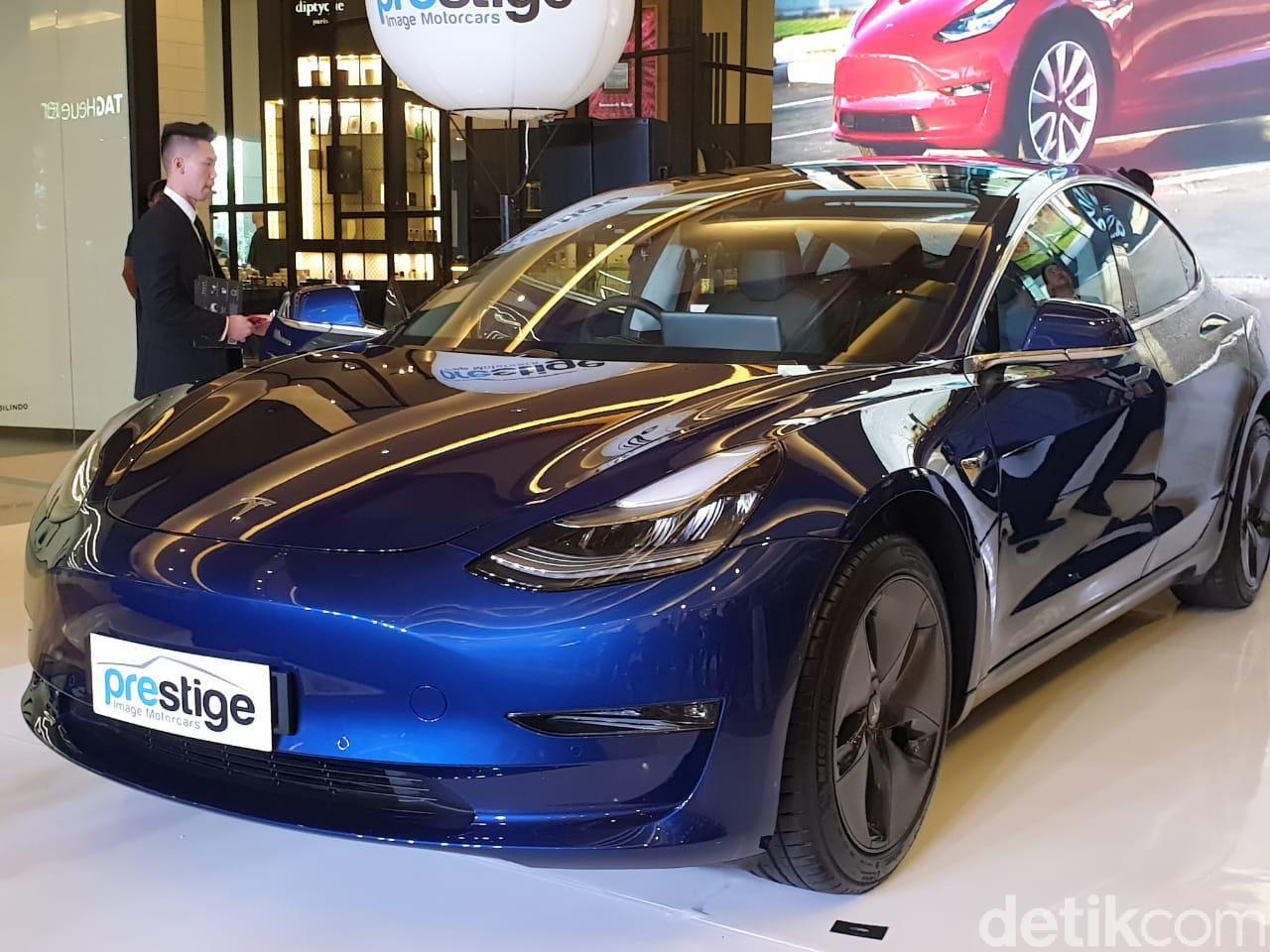 n di IndonesiaJakarta - Prestige Motorcars kembali memperkenalkan line up kendaraan ramah lingkungannya. Kali mobil yang dibawa oleh importir umum tersebut adalah Tesla Model 3. Model 3 adalah varian paling terjangkau dari lini Tesla yang ada saat ini.