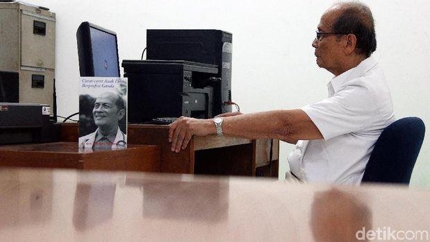 Sebagai penulis, Mangku cukup produktif dengan 26 judul buku yang ditulisnya.