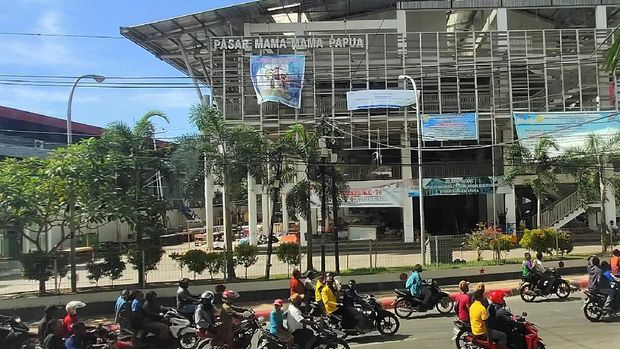 Kondisi Jayapura pasca demo ricuh, tepatnya di depan Pasar Mama Mama Papua, Jumat (30/8).
