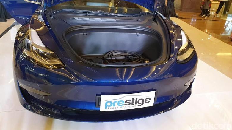 n di Indonesia  Jakarta - Prestige Motorcars kembali memperkenalkan line up kendaraan ramah lingkungannya. Kali mobil yang dibawa oleh importir umum tersebut adalah Tesla Model 3. Model 3 adalah varian paling terjangkau dari lini Tesla yang ada saat ini.