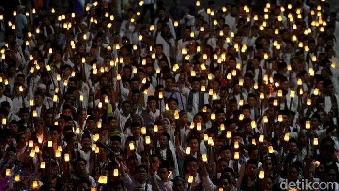 Ribuan peserta pawai obor elektrik meriahkan acara Jakarta Muharram Festival. Mereka melakukan longmarch dari Silang Monas ke Bundaran HI.