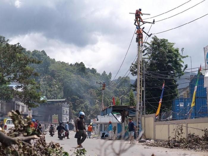Ilustrasi Kota Jayapura saat perbaikan jaringan listrik pasca-demo. (Foto: Dok. PLN)