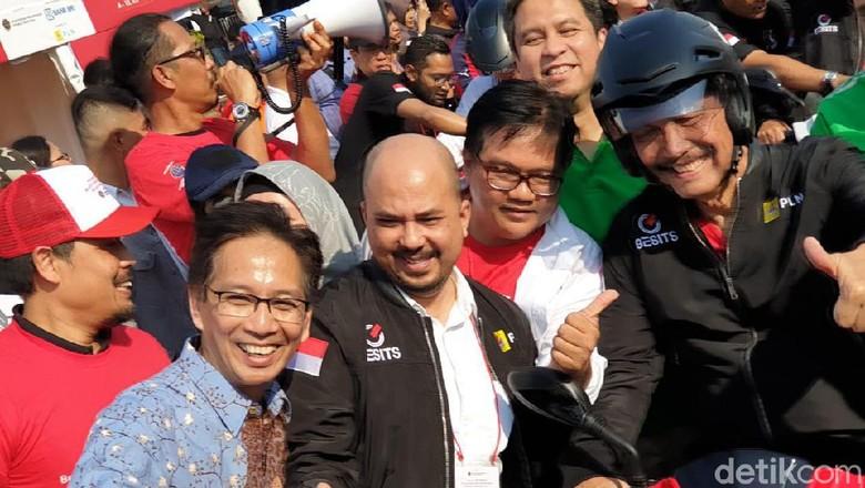 Luhut mengenakan helm dan jaket hitam Foto: Luthfi Anshori