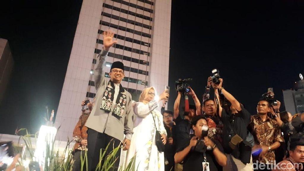 Didampingi Istri, Anies Sambut Pawai Obor Elektrik Jakarta Muharram Festival