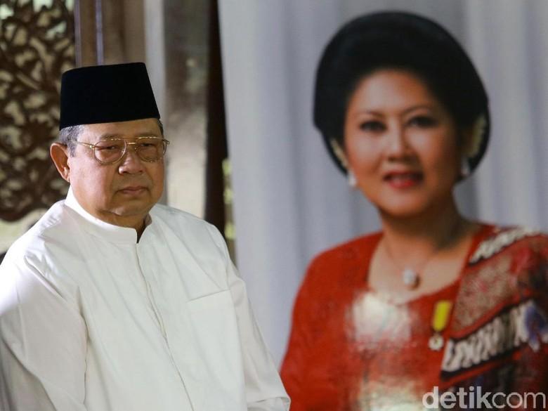 Susilo Bambang Yudhoyono bersama foto mendiang Ani Yudhoyono. Foto: Grandyos Zafna