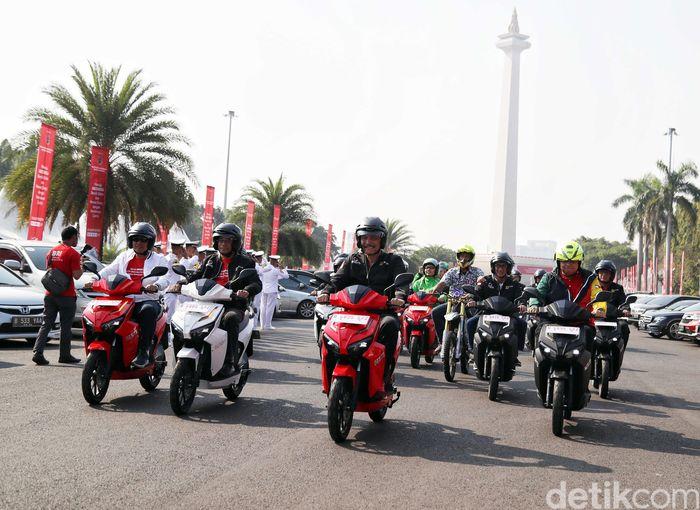 Sebanyak empat menteri Kabinet Kerja pagi ini menjajal motor listrik di Monumen Nasional (Monas), Jakarta Pusat, Sabtu (31/8/2019).