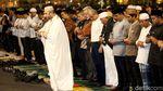 Momen Anies Salat Isya Berjamaah di Bundaran HI