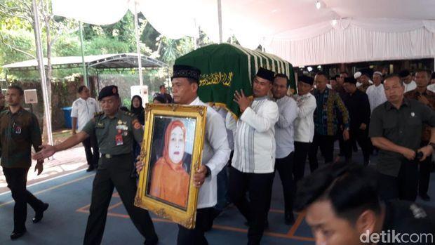 Jenazah ibunda SBY diberangkatkan menuju TPU Tanah Kusir.
