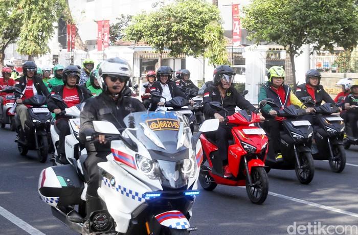 Konvoi motor listrik merupakan rangkaian dari Pameran Kendaraan Bermotor Listrik di Monas. Sejumlah menteri turut serta di konvoi tersebut.