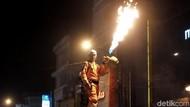 Aksi Petugas Damkar Karawang Mainkan Api Sambut 1 Muharram