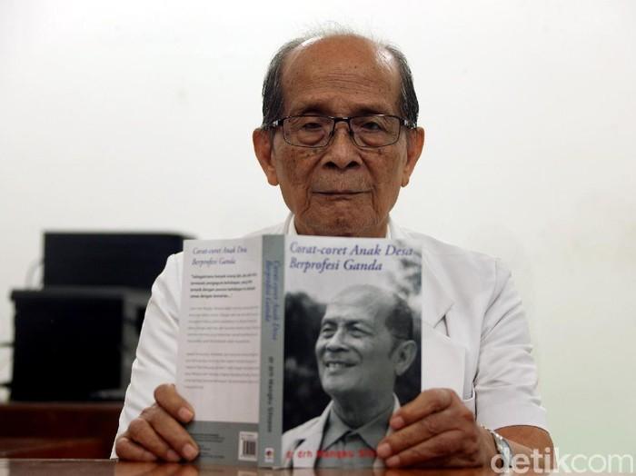 Menulis jadi rahasia Mangku Sitepoe untuk menghindari pikun (Foto: Rengga Sancaya/detikHealth)