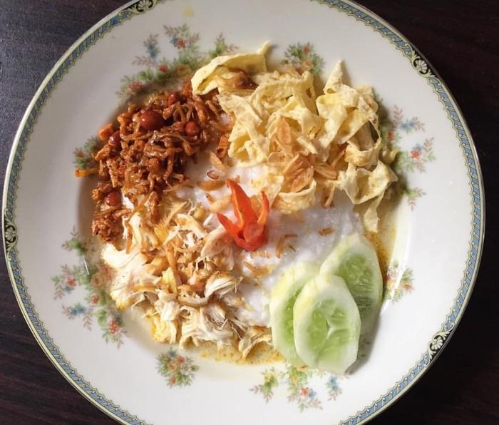 Buburnya dibuat dari beras yang dimasak dengan santan hingga gurih lembut rasanya. Diberi aneka topping lauk-pauk. Foto : Instagram @ibujepret