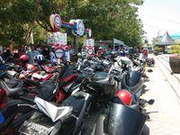 Mengular, Warga Makassar Antre Servis Gratis di Pantai Losari