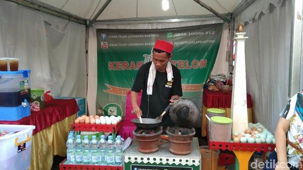 kerak telor, soto betawi, pecel, sate ayam, sop buntut dan berbagai cemilan dijual di Booth yang berjejer di sepanjang ruas Jalan MH Thamrin ini. (Tasya Khairally/detikcom)