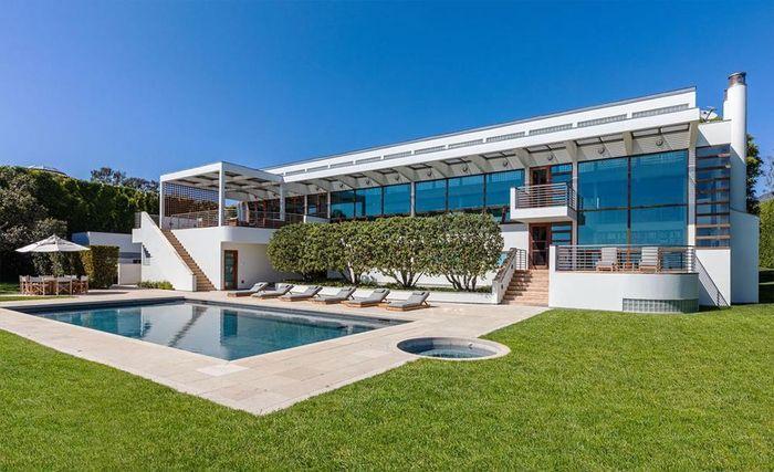 Rumah yang luasnya mencapai 1.300 meter persegi ini berada di pinggir pantai elit Malibu.