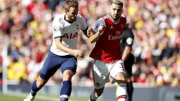 Sead Kolasinac berduel dengan striker Tottenham Harry Kane. (