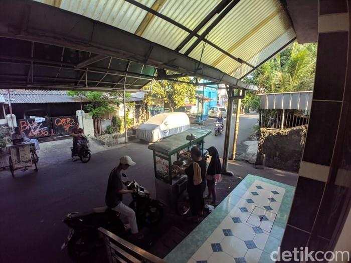 Foto: Jalan depan Masjid Darussalam yang digunakan untuk kebaktian (Jefrie/detikcom)