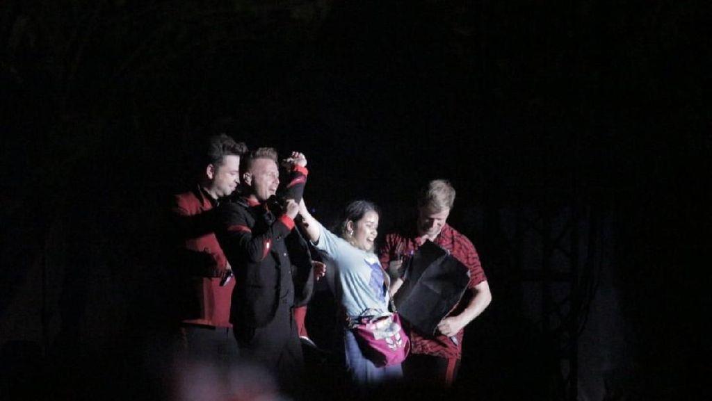 Bikin Iri! Perempuan Ini Diajak Manggung Westlife di Semarang