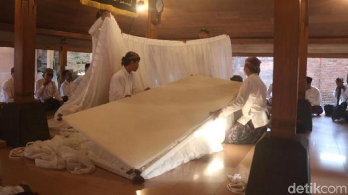 Tradisi buka luwur malam Sunan Kudus -- Foto: Akrom Hazami/detikcom