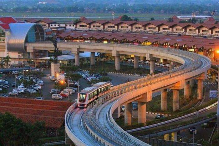 Skytrain atau kereta layang (Kalayang) ini beroperasi perdana di Soekarno-Hatta pada 17 September 2017. Moda transportasi ini mempermudah perpindahan orang dari dan ke Terminal 1, Terminal 2, Terminal 3, dan Stasiun Kereta Bandara. Saat ini Skytrain beroperasi setiap hari mulai 04.33 hingga 00.30 di atas lintasan dual track sepanjang 3 km.
